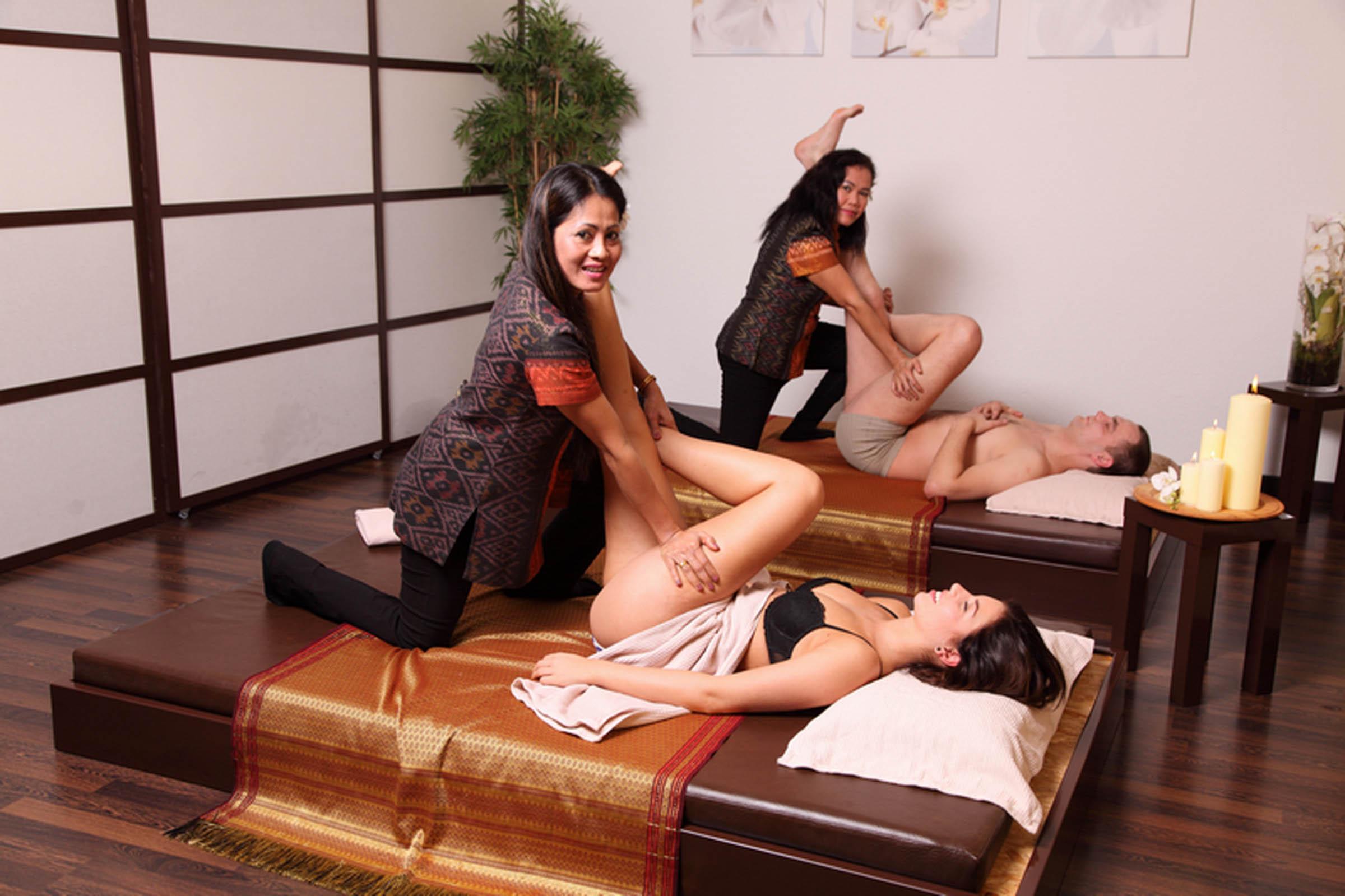 Synchron-Massage, gleichzeitig durchgeführt von zwei Masseurinnen